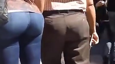 Huge candid latina bubble butt in..