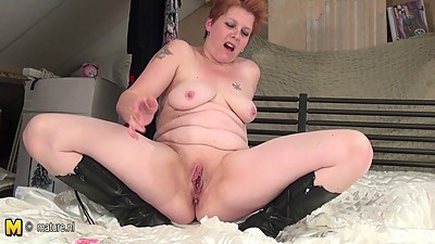 Mature slut squirting playing and sucking cock