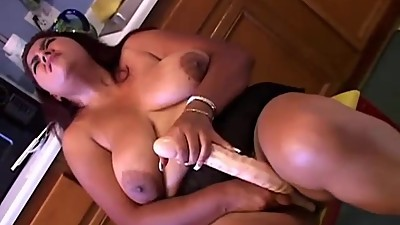 Super sexy stacked MILF plays with her..
