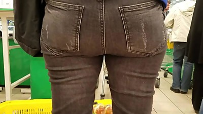 MILF's ass in supermarket
